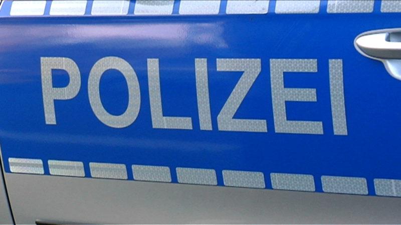 Polizei verteilt Ostereier (Foto: SAT.1 NRW)