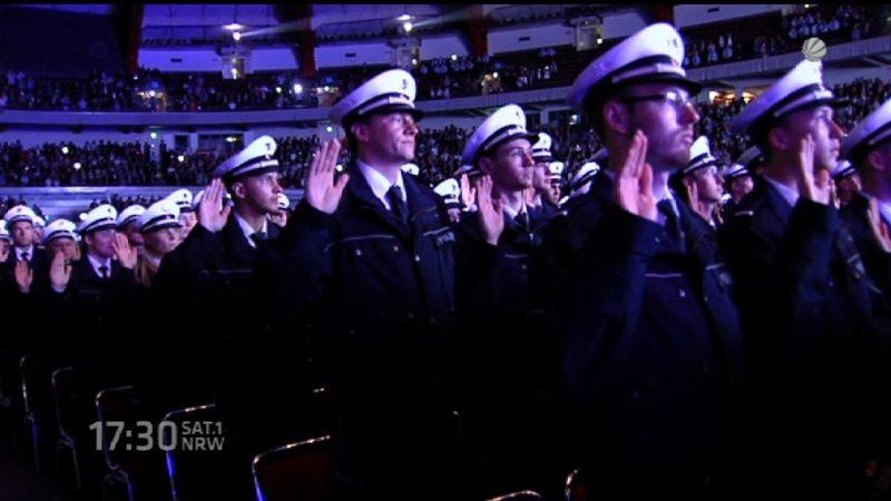 Polizeianwärter werden vereidigt (Foto: SAT.1 NRW)