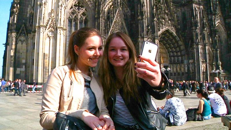 Selfie vorm Dom könnte teuer werden (Foto: SAT.1 NRW)