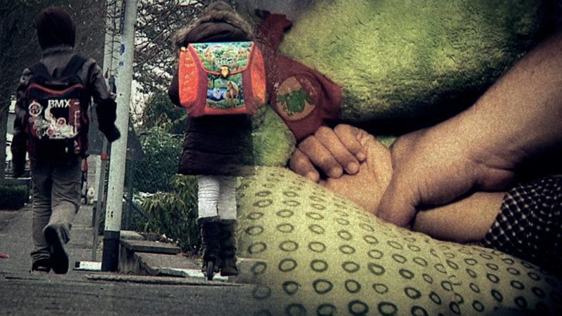 Mann spricht kleine Jungs vor Schule an (Foto: SAT.1 NRW)