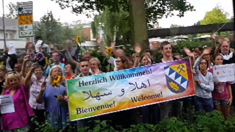 Rührende Begrüßung für Flüchtlinge (Foto: SAT.1 NRW/facebook)