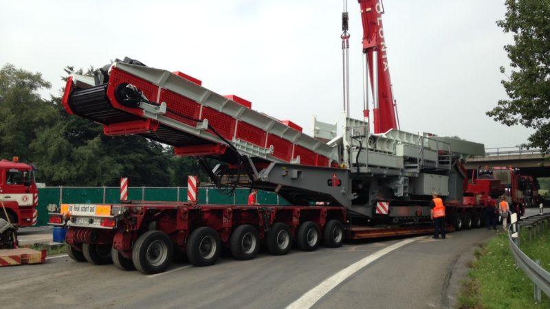 Riesen-Kran auf Autobahn umgekippt (Foto: SAT.1 NRW)