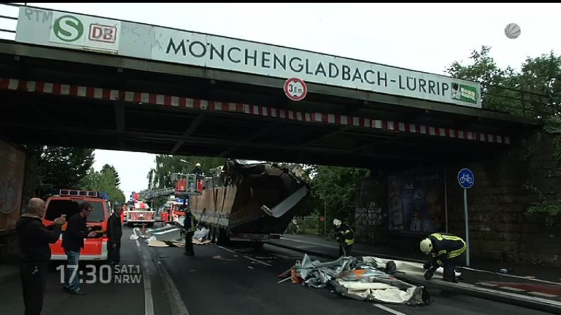 LKW bleibt in Brücke hängen (Foto: SAT.1 NRW)