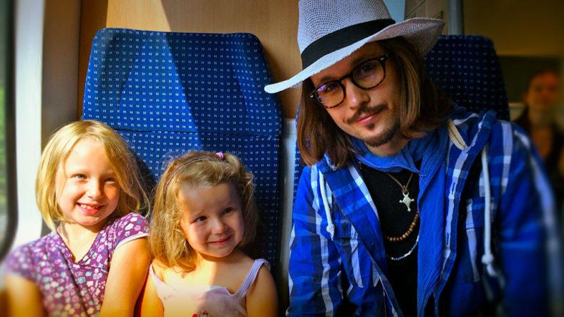 Johnny Depp und Angelina Jolie im Zug (Foto: SAT.1 NRW)