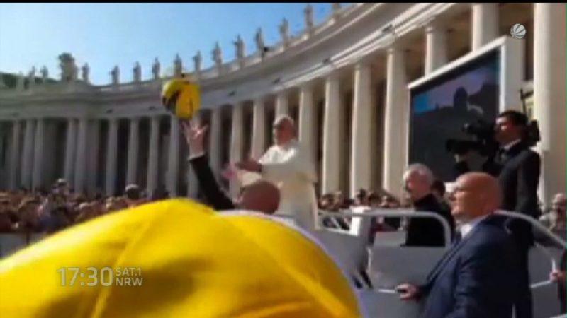 Papst fängt BVB-Ball (Foto: SAT.1 NRW)