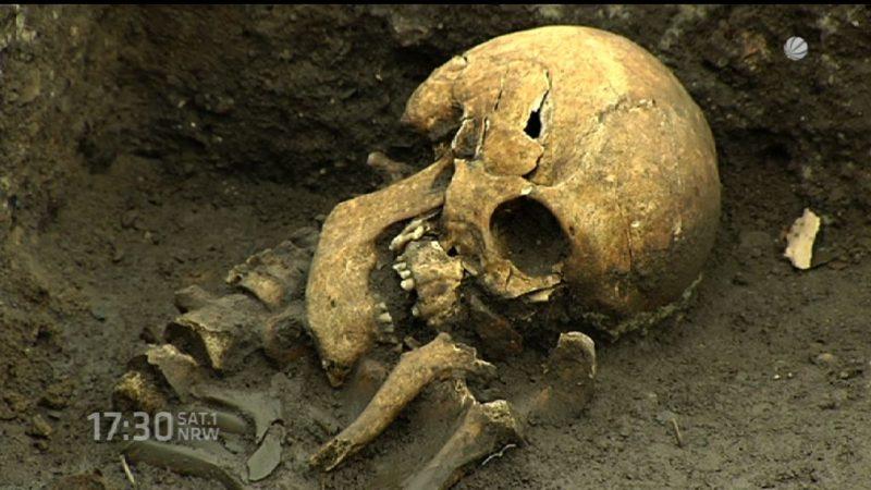 Skelette an der Rheintreppe (Foto: SAT.1 NRW)