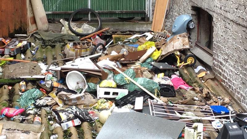Nachbarn werfen Müll aus dem Fenster (Foto: SAT.1 NRW)