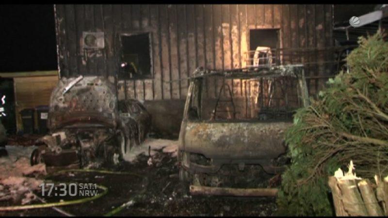Feuer zerstört Autos und Haus in Ennepetal (Foto: SAT.1 NRW)