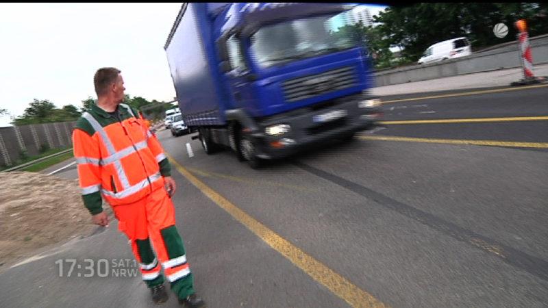 Gedenken an Tote Straßen.NRW Mitarbeiter (Foto: SAT.1 NRW)