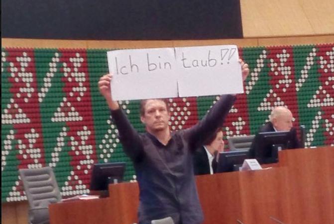 Peinliche Panne im Landtag! (Foto: facebook.com/ina.scharrenbach)