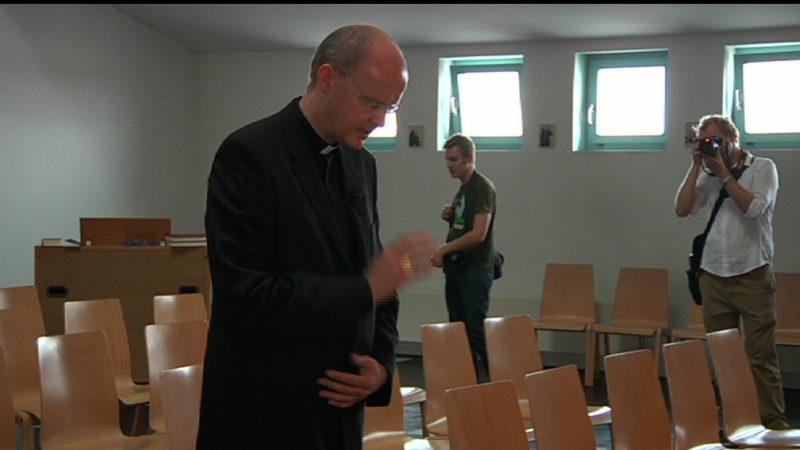 Bischof fährt Dreckschleuder (Foto: SAT.1 NRW)