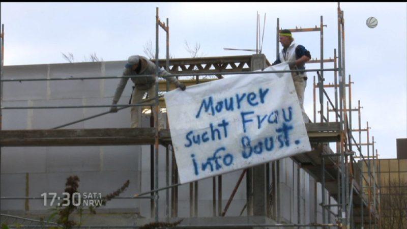 Maurer sucht Frau mit Plakat (Foto: SAT.1 NRW)