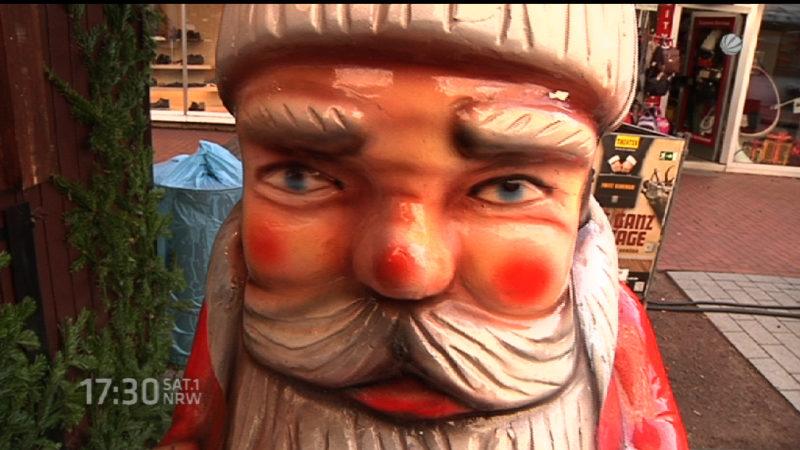 Geklauter Weihnachtsmann wieder da (Foto: SAT.1 NRW)