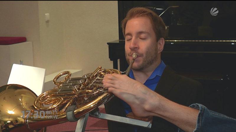 Horn spielen ohne Arme (Foto: SAT.1 NRW)