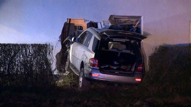 Auto kracht in Köln in ein Haus (Foto: NonStop News)