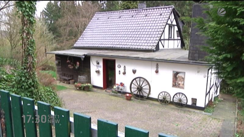 Rentnerin darf illegales Haus behalten (Foto: SAT.1 NRW)