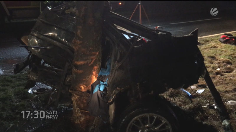 Auto bei Unfall in zwei Hälften zerteilt (Foto: SAT.1 NRW)