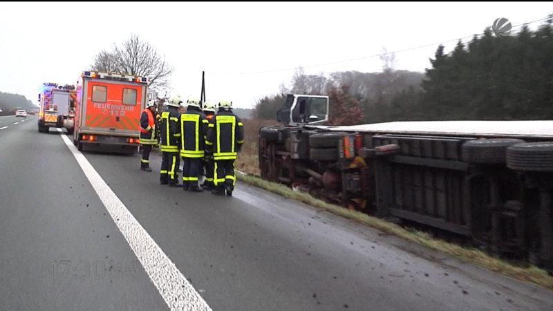 Laster fährt in Graben (Foto: SAT.1 NRW)