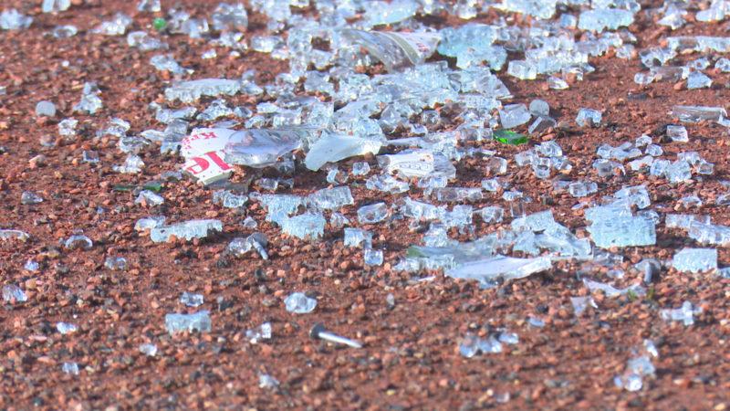 Scherben und Nägel auf Sportplatz (Foto: Sat.1 NRW)