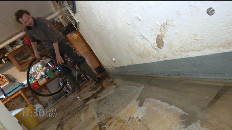 Ein Haus steht ständig unter Wasser (Foto: SAT.1 NRW)