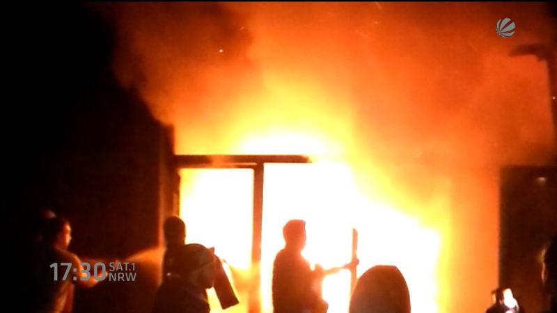 Flüchtlinge helfen beim Feuer löschen in einer Kita (Foto: SAT.1 NRW)