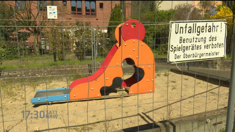 Anwohner macht Weg zum Spielplatz dicht (Foto: SAT.1 NRW)