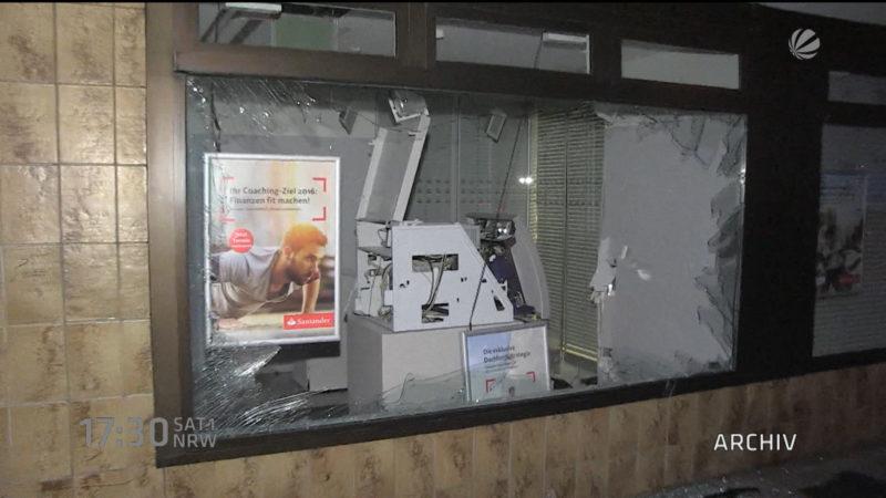 Geldautomatengangster flüchten mit Roller (Foto: SAT.1 NRW)