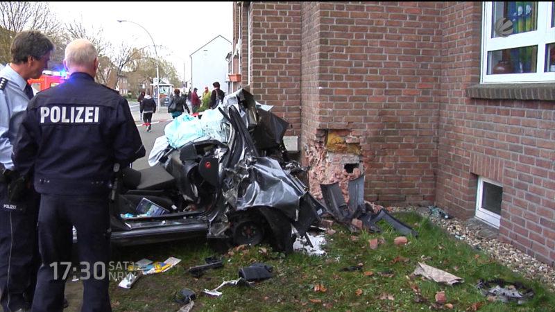 Auto rast gegen Hauswand (Viersen) (Foto: SAT.1 NRW)