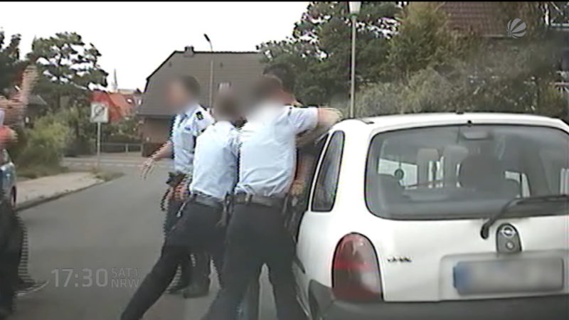 Prügel-Polizisten (Foto: SAT.1 NRW)