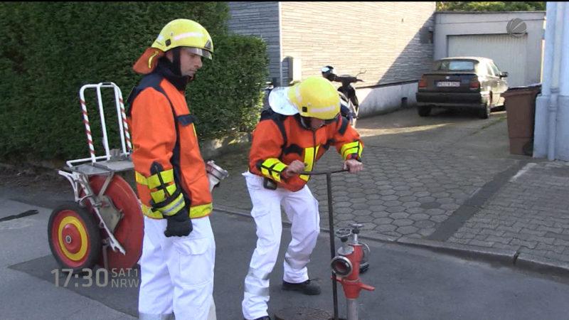 Sanitäter müssen Feuerwehrarbeiten machen (Foto: SAT.1 NRW)