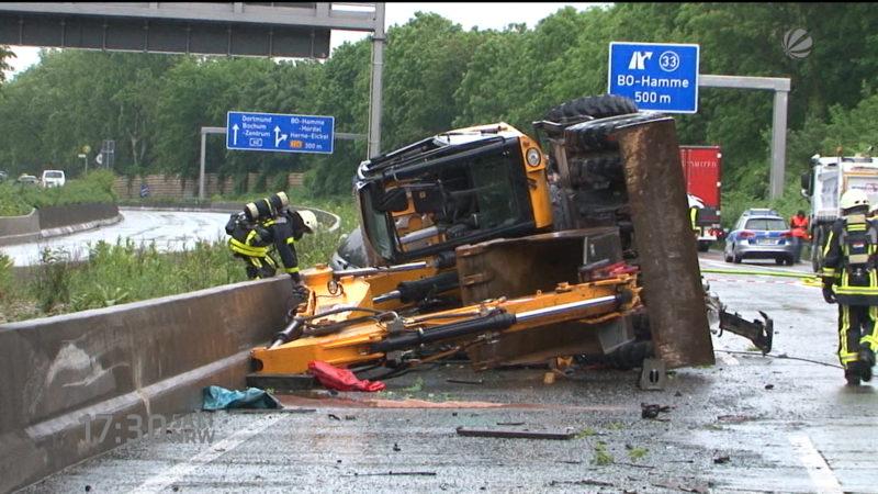 Bagger fällt auf fahrendes Auto (Foto: SAT.1 NRW)