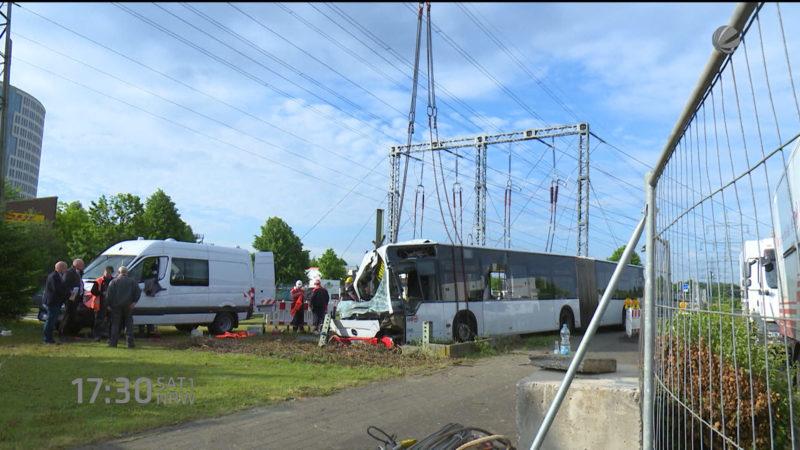 Bus aus Strommast geborgen (Foto: SAT.1 NRW)