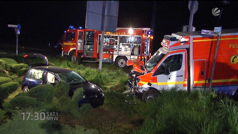 Rettungswagen stößt mit Auto zusammen (Foto: SAT.1 NRW)
