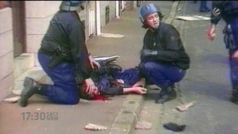Polizisten helfen bei der EM (Foto: SAT.1 NRW)