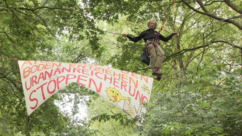 Atomkraft-Gegner hängen rum (Foto: SAT.1 NRW)