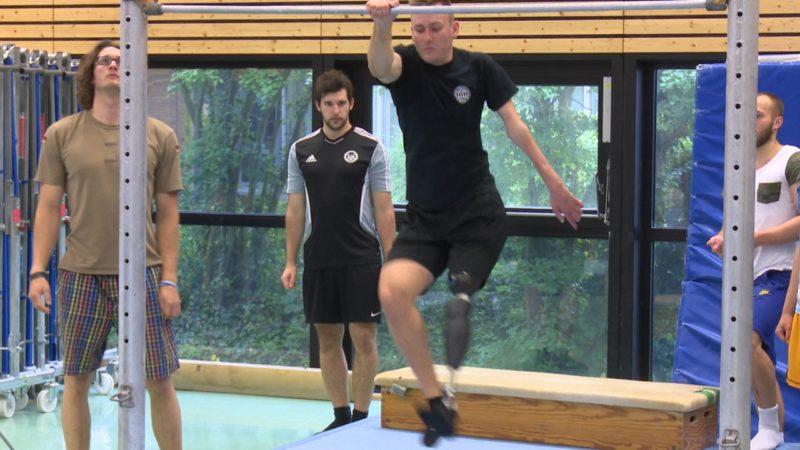 Sportprüfung mit nur einem Bein (Foto: SAT.1 NRW)