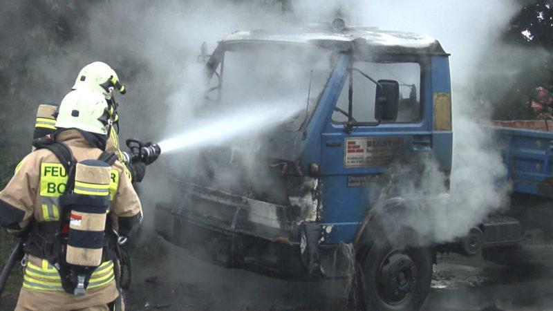 Laster geht in Flammen auf (Foto: SAT.1 NRW)