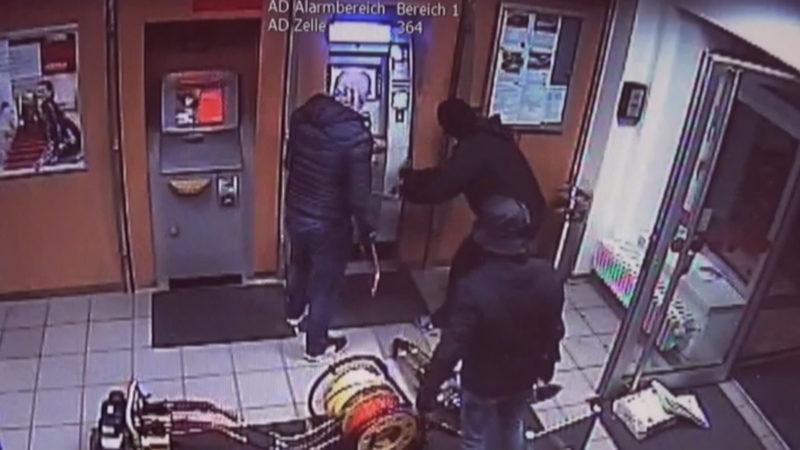 Überwachungsvideo von Geldautomatenknackern (Foto: SAT.1 NRW)
