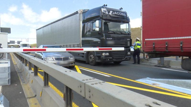 Schranke versperrt LKW den Weg (Foto: SAT.1 NRW)