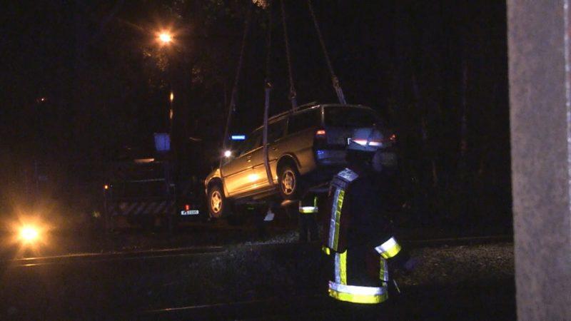 Unfall: Fahrer lässt Frau im Auto (Foto: NRW Lokal)