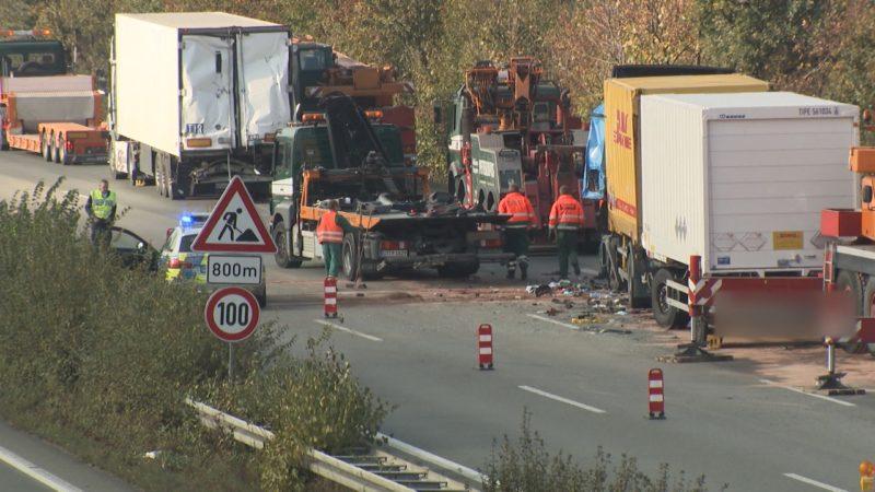 Schwerer LKW Unfall auf A2 bei Bielefeld (Foto: SAT.1 NRW)