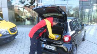 Paket ins Auto liefern lassen (Foto: SAT.1 NRW)