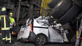 LKW zerquetscht Auto (Foto: SAT.1 NRW)