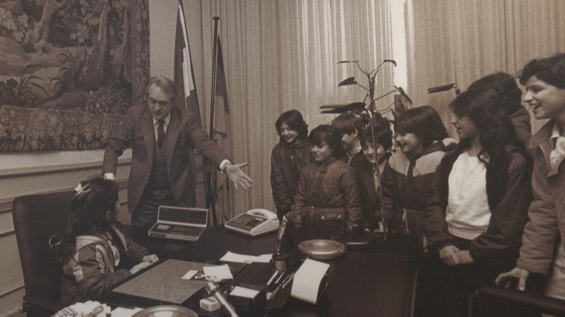 Türkische Schüler zu Besuch im Büro des Ministerpräsidenten Johannes Rau 1985.  Quelle: Landespresse- und Informationsamt NRW (Foto: SAT.1 NRW)