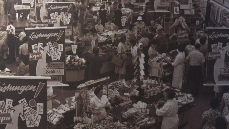 Sommerschlussverkauf in einem Kaufhaus in Essen 1959. Quelle: J. A. Slominski (Foto: Landesarchiv NRW)