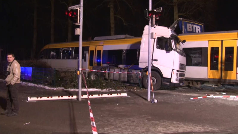 Zug rammt LKW (Foto: Nord West Media TV)
