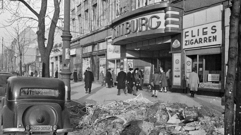 """Kino """"Lichtburg"""" an der Düsseldorfer Königsallee 1946. Quelle: Pressebilderdienst C.C. Stachscheid (Foto: SAT.1 NRW)"""