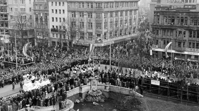 Rosenmontagszug in Düsseldorf Theodor-Körner-Straße Ecke Königsallee 1951.  Quelle: Pressebilderdienst C.C. Stachscheid (Foto: SAT.1 NRW)