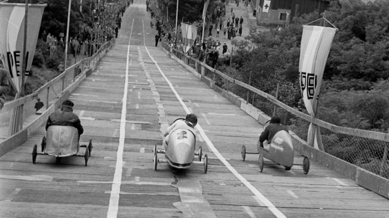 """Teilnehmer eines """"Seifenkistenrennen"""" 1945-1954. Quelle: Pressebilderdienst C.C. Stachscheid (Foto: SAT.1 NRW)"""