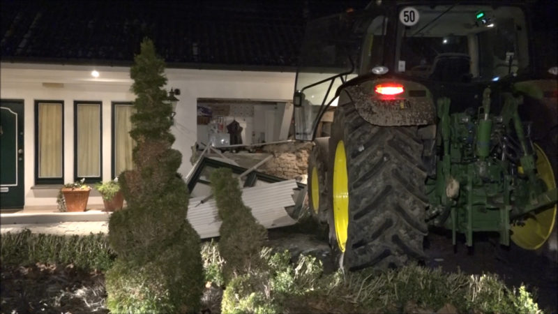 Trecker in Hauswand (Foto: Non Stop News)